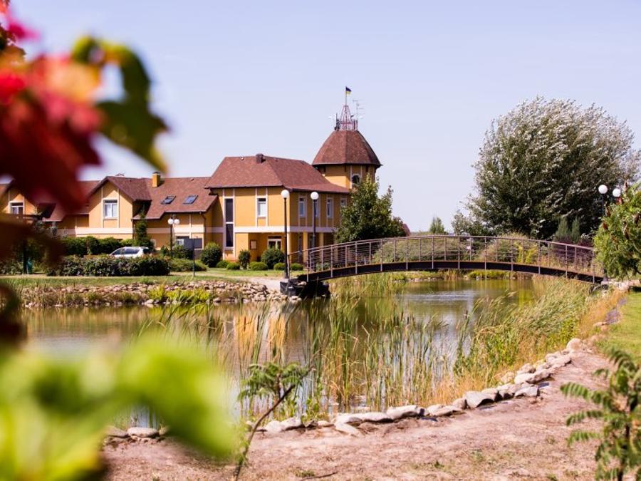 1 день Дегустация в частной винодельне. Село Бобрица. Отдых на берегу озера.